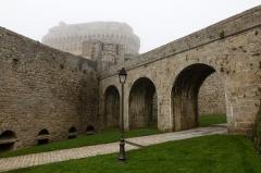 Remparts, tours et portes de la ville - Français:  Pont d'accès au donjon, derrière la porte du Guichet, à Dinan (France)
