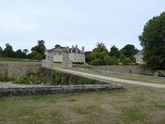 Château de Catuelan - Français:   Château du 18ème siècle. Porte à fronton et douves.
