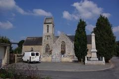 Eglise Notre-Dame et Saint-Etienne - Deutsch: Jugon les lacs in der Bretagne, Frankreich. Zu sehen ist die Kirche. Um die Kirche herum befindet sich der Friedhof. Rechts ist ein Denkmal an die Gefallenen der Kriege. Links ist die Brücke der Straße D16 zu sehen (geotags in den EXIF-Daten).
