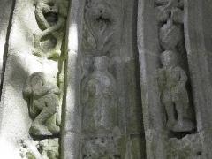 Eglise Notre-Dame - Façade occidentale de l'église Notre-Dame de Kergrist-Moëlou (22). Voussures du portail.