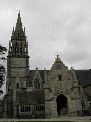 Eglise Notre-Dame - Église N.D. de Kergrist-Moëlou (22). Tour-clocher, ossuaire et porche méridional.