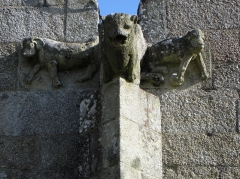 Eglise Notre-Dame - Église Notre-Dame de Kergrist-Moëlou (22). Gargouilles et crossettes.