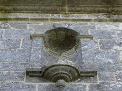 Abbaye de Coatmalouen - Abbaye Notre-Dame de Koad Malouen, commune de Kerpert (22). Niche de la façade nord de l'abbatiale.