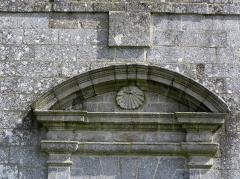 Abbaye de Coatmalouen - Abbaye Notre-Dame de Koad Malouen, commune de Kerpert (22). Tympan de la porte de la façade occidentale de l'abbatiale.