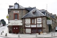 Maison - Français:   Maison (à droite) - 2 rue du docteur Lavergne - Lamballe (Côtes d\'Armor)