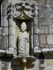 Eglise Saint-Loup - Français:   Église Saint-Loup de Lanloup (22). Statue de Saint-Loup au pignon du porche sud.