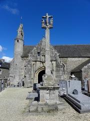 Eglise Saint-Loup - Français:   Église Saint-Loup de Lanloup (22). Calvaire, clocher et porche sud.