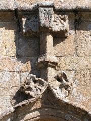 Chapelle Saint-Roch - Français:   Détail du fronton de la porte latérale (Sud-Ouest) de la Chapelle Saint-Roch à Lannion