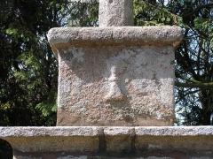 Croix de carrefour - Français:   Détail du socle secondaire de la Croix de Kervoënno à Servel en Lannion.