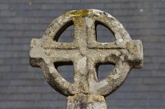 Croix de cimetière - Français:  Détail de la croix du cimetière de Tressaint à Lanvallay (France).