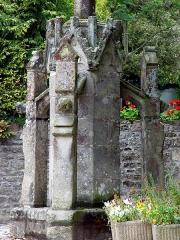 Calvaire du Saint-Esprit - Deutsch: Léhon (Bretagne, Côtes-d'Armor): Calvaire Saint-Esprit: Sockel in gotischem Stil, gestüzt von drei verzierten Strebpfeilern.