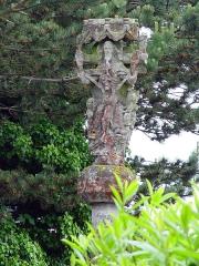 Calvaire du Saint-Esprit - Deutsch: Léhon (Bretagne, Côtes-d'Armor): Calvaire Saint-Esprit: Auf der Gegenseite zur Krönung Mariens der sogenannte Gnadenstuhl als Darstellung der Trinität. Gott-Vater hält das Kreuz; zwischen ihm und Christus die Taube des Hlg. Geistes.
