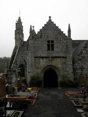 Eglise Saint-Yvi de Loguivy - Français:   Clocher et porche sud de l\'église de Loguivy-lès-Lannion, commune de Lannion (22).
