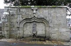 Eglise Saint-Yvi de Loguivy - Français:   Fontaine extérieure de l\'enclos paroissial de Loguivy-lès-Lannion, commune de Lannion (22).