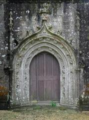 Eglise Saint-Emilion - Français:   Église Saint-Émilion de Loguivy-Plougras (22). Portail de la costale sud de la nef.
