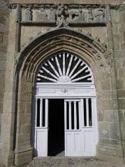 Chapelle de Notre-Dame de la Clarté - Français:   Chapelle Notre-Dame-de-la-Clarté en Perros-Guirec (22). Portail du porche sud.