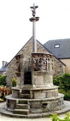 Croix de cimetière - Deutsch: Pleubian (Bretagne, Côtes-d'Armor) Calvaire de la fin du 15ème siècle avec chaire à prêcher. Un escalier de 9 marches, flanqué de deux bénitiers, donne accès à une tribune circulaire. La tribune est ceinte d'un parapet qui décore sur tout son pourtour extérieur, un bas-relief représentant la Passion du Christ et sa Résurrection. Au centre de la tribune se dresse une croix, portant d'un côté le Christ, de l'autre la Vierge.
