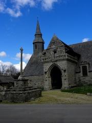 Chapelle de Kermaria-an'Isquit - Français:   Chapelle de Kermaria-an-Isquit, commune de Plouha (22). Calvaire, porche sud et flanc sud.