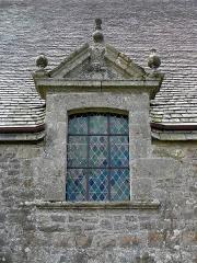Chapelle de Kermaria-an'Isquit - Français:   Chapelle de Kermaria-an-Isquit, commune de Plouha (22). Fenêtre passante.