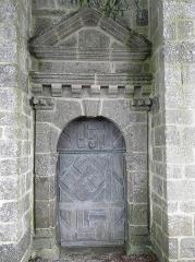 Ensemble architectural formé par l'église Saint-Sylvestre, l'ossuaire, le calvaire et la clôture du cimetière - Français:   Porte occidentale de l\'église Saint-Sylvestre de Plouzélambre (22).