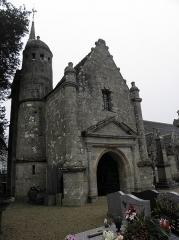Ensemble architectural formé par l'église Saint-Sylvestre, l'ossuaire, le calvaire et la clôture du cimetière - Français:   Clocher et porche sud de l\'église Saint-Sylvestre de Plouzélambre (22).