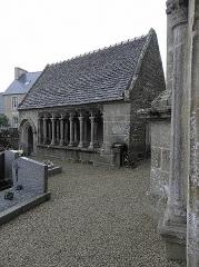 Ensemble architectural formé par l'église Saint-Sylvestre, l'ossuaire, le calvaire et la clôture du cimetière - Français:   Ossuaire de l\'enclos paroissial de Plouzélambre (22).