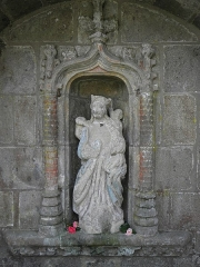 Fontaine de Notre-Dame de la Porte - Français:   Vierge de la fontaine N.D. de la Porte à Quintin (22).