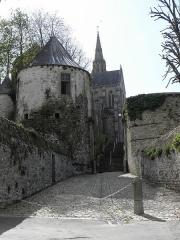 Anciennes fortifications - Français:   Porte Neuve et chevet de la Basilique N.D. de Délivrance de Quintin (22).