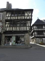 Maison - Français:   Maisons classées au 8 Rue au Lait et 6 Place 1830 à Quintin (22).