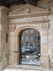 Maison - Français:   Porte avec pilastres et fronton de la façade de la maison  située 8, rue au Lait