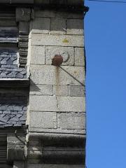 Maison - Français:   Cadran solaire au 5 Place 1830 à Quintin (22).