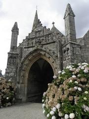 Eglise Notre-Dame et cimetière - Porche sud de l'église Notre-Dame de Runan (22).