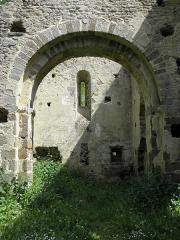 Ancienne église Saint-André - Ancienne église de Saint-André-des-Eaux (22). Vue intérieure du chœur à travers l'arc triomphal.