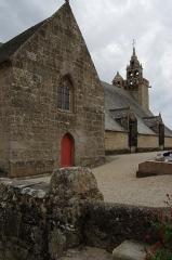 Eglise Saint-Quémeau de Locquémeau - Brezhoneg: Iliz Sant Kemo e Tredraezh-Lokemo: antre reter ar c'hloz-parrrez gant skalieroù.