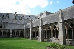 Ancienne cathédrale Saint-Tugdual et cloître - Français:   Cathédrale Saint-Tugdual de Tréguier - Tréguier - Côtes d\'Armor - France. Galeries ouest et nord du cloître.