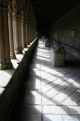 Ancienne cathédrale Saint-Tugdual et cloître - Français:   Cathédrale Saint-Tugdual de Tréguier - Tréguier - Côtes d\'Armor - France. Intérieur de la galerie nord du cloître.