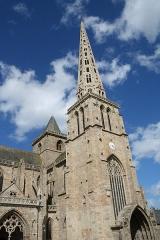 Ancienne cathédrale Saint-Tugdual et cloître - Français:   Cathédrale Saint-Tugdual de Tréguier - Tréguier - Côtes d\'Armor - France. De gauche à droite: le porche du Peuple, la tour du Sanctus, le porche et la tour des Cloches.