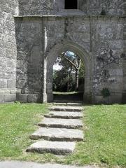 Ancienne église Saint-Michel - Français:   Tour-clocher de l\'ancienne église Saint-Michel à Tréguier (22). Porte occidentale.