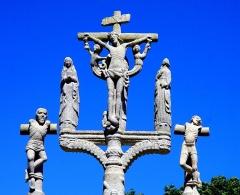 Chapelle Notre-Dame de Kerdevot - Deutsch: Ergué-Gabéric (Bretagne, Finistère) Calvaire, Kreuzgruppe mit Maria und Johannes, seitlich die beiden Schächer.