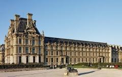 Camp protohistorique de Suguensou -  Le palais du Louvre à Paris.