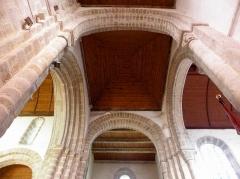 Eglise Saint-Pierre - Intérieur de l'église Saint-Pierre et Saint-Paul de Fouesnant (29). Croisée du transept.