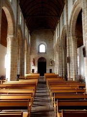Eglise Saint-Pierre - Intérieur de l'église Saint-Pierre et Saint-Paul de Fouesnant (29). Vue de la nef depuis la croisée du transept.