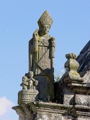 Eglise Saint-Pierre - Deutsch: Gouézec (Bretagne, Finistère) Triumphbogen - Statue des hlg. Nikolaus.