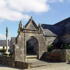 Eglise Saint-Pierre - Deutsch: Gouézec (Bretagne, Finistère) Kirche, Calvaire und Triumphbogen als Eingang zum Kirchhof. Auf dem Eingangstor die Statuen des hlg. Michael (rechts) und des hlg. Nikolaus.