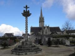 Eglise Saint-Pierre - Français:   Calvaire du cimetière et chevet de l\'église Saint-Pierre de Guiclan (29).