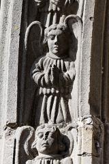 Eglise Saint-Thivisiau -  Détail du porche de l\'église Saint-Thuriau à Landivisiau dans le Finistère.