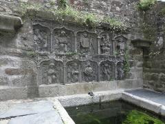 Fontaine de Saint-Thivisiau - Français:   La fontaine Saint-Thivisiau à Landivisiau (29).