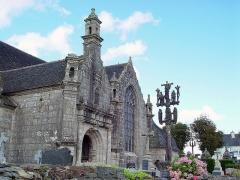 Eglise Saint-Mélar - Deutsch: Locmélar (Bretagne, Finistère) Kirche Saint-Mélar, Südportal und Calvaire.