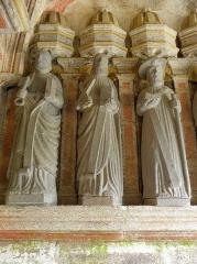 Eglise Saint-Mélar - Saint-Pierre, Saint-André et Saint-Jacques-le-Majeur. Apôtres de la paroi est du porche sud de l'église Saint-Mélar de Locmélar (29).