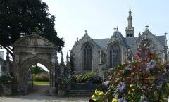 Eglise Saint-Ronan - Français:   Le jardin de l\'Église Saint-Ronan Locronan.